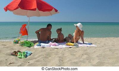 turquoise, parapluie, famille, ciel clair, contre, eau, sable, ombre, plage