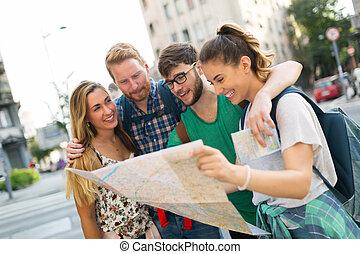 turyści, szczęśliwy, grupa, podróżowanie, zwiedzanie