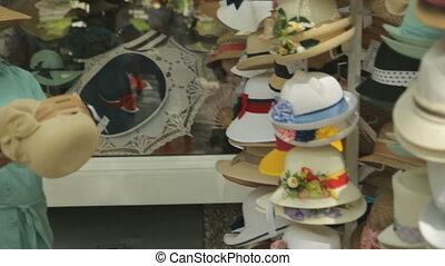 turyści, wybierając, zróbcie zakupy ulicę, kapelusze