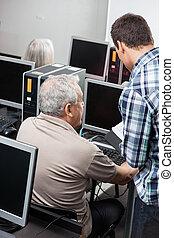 tutor, helpen, hogere mens, in, het gebruiken computer, op, klaslokaal