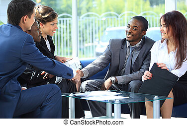 två, affärsman, hand skälv, med, hans, lag, in, kontor