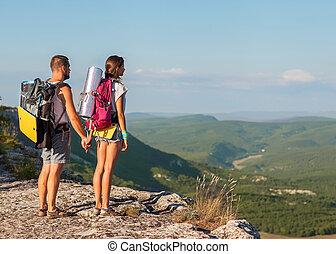 två, backpackers, in, fjäll., ungt par, undersöka, den, surroun