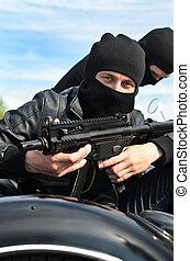 två, beväpnat, män, ridande, a, motorcykel, med, a, sidvagn