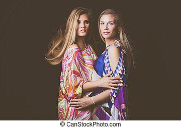 två, blondin, unga kvinnor, skönhet, mode, stående, in, färgrik, silkig, klänning