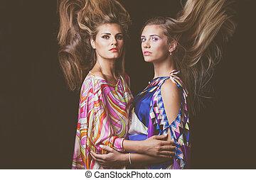 två, blondin, unga kvinnor, skönhet, mode, stående, med, hår, i rörelse