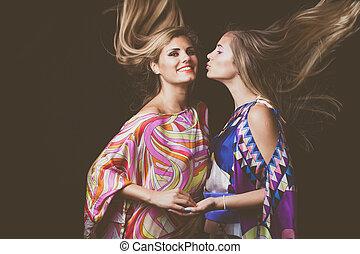 två, blondin, unga kvinnor, skönhet, mode, stående, med, långt hår, i rörelse