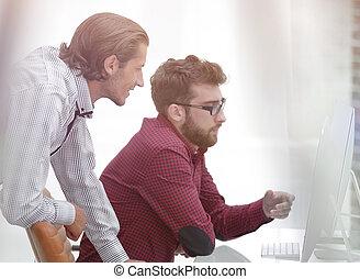 två, caucasian, herrar arbeta, på, a, projekt