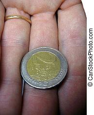 två euro, mynt, på, den, manlig, fingrar, isolerat