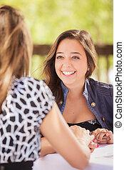 två, flickvänner, konversation, lopp, outoor, blandad, bord, ha, uteplats