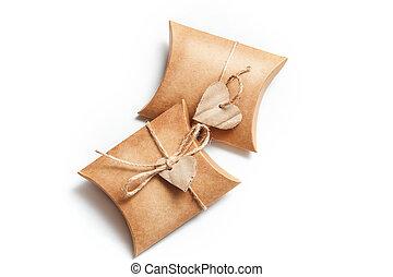 två, gåvor, rutor, bakgrund, hjärtan, vit