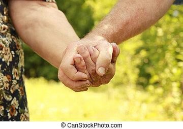 två händer, av, en, elderly kopplar ihop