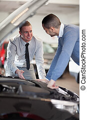 två herrar, tittande vid, a, bil motor
