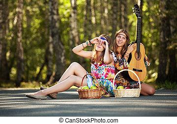 två, hippie, flickor, med, gitarr, in, a, sommar, skog