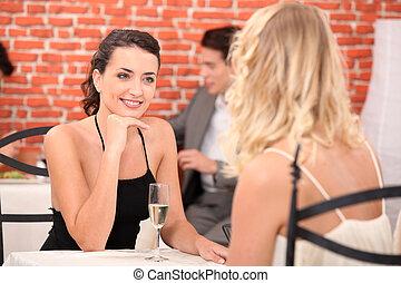 två, klätt, skrud, talande, restaurang, flickor