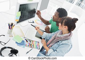 två, konstnärer, arbeta dator, på kontoret