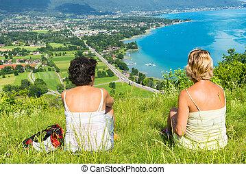 två kvinnor, hålla ögonen på, synhåll, av, insjö annecy