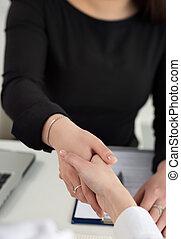 två kvinnor, handslag, in, kontor, närbild