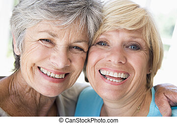 två kvinnor, in, vardagsrum, le