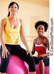 två kvinnor, med, lämplighet kula, in, gymnastiksal