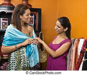 två kvinnor, shopping.