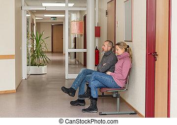 två människor, in, a, väntan rum