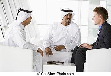 två, mellersta ostlig, män, och, a, caucasian, bemanna prata, hos, a, affär