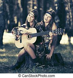 två, mode, flickor, med, gitarr, in, a, sommar, skog