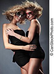 två, nätt, kvinnor, bärande solglasögoner