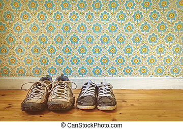 två, par, av, gammal, smutsa ner, skor, framme av, retro, tapet