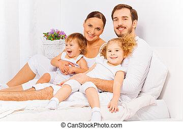 två, säng, föräldrar, le, förtjusande, barn
