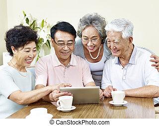 två, senior, asiat koppla, användande, kompress, dator