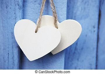 två, trä, hjärtan, hängande, blå, trä, yta