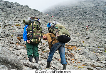 två, trött, backpackers, in, mountains, med, ryggsäckar