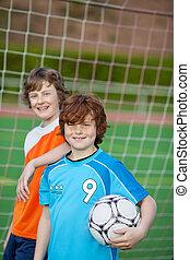 två, ung, spelaren, framme av, fotboll mål