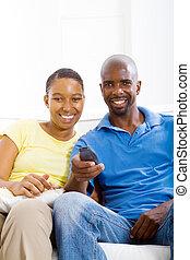 tv, amerikaan, afrikaan, paar, schouwend