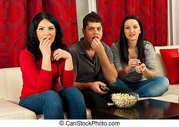 tv, amici, mangiare, popcorns, osservare