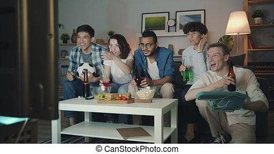 tv, bouteilles, groupe, amusement, football, avoir, nuit, tintement, amis, regarder