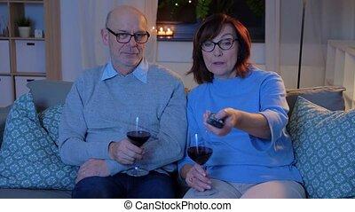 tv, couple, heureux, vin, personne agee, montre, rouges, ...