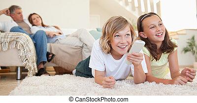 tv, frères soeurs, regarder, mensonge, plancher