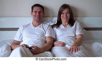 tv, gelukkig paar, getrouwd, schouwend