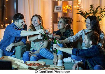 tv guardante, casa, pizza, amici, bibite