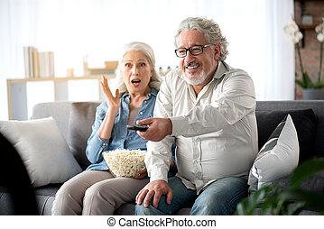 tv guardante, coppia, sposato, insieme, allegro, maturo