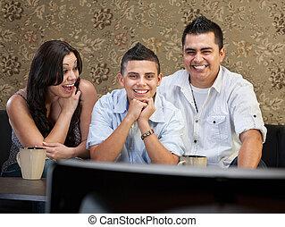 tv, hispânico, desfrutando, família