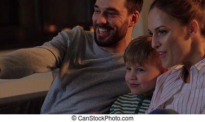 tv, maison famille, pop-corn, regarder, heureux