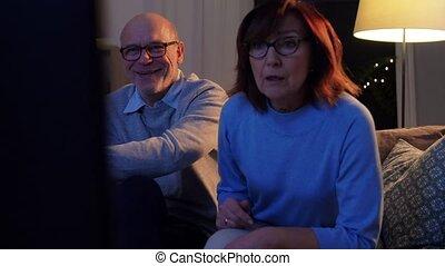 tv, maison, regarder, heureux, soir, couples aînés
