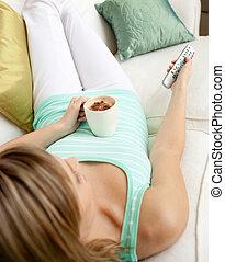 tv, mulher, observar, bebendo, loura, café, enquanto