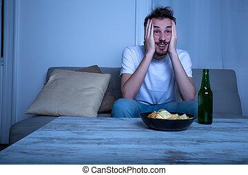 tv, nighttime, őrzés, fiatalember, sör, játékpénz