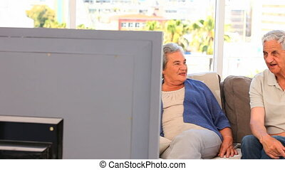 tv, regarder, couple, personne agee