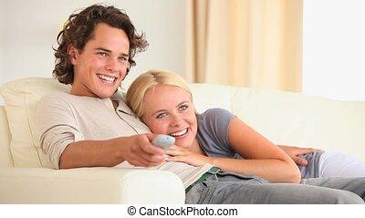 tv, schattig, paar, schouwend