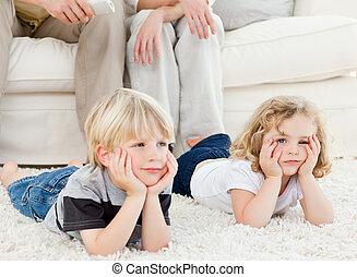 tv, schattige, gezin, schouwend